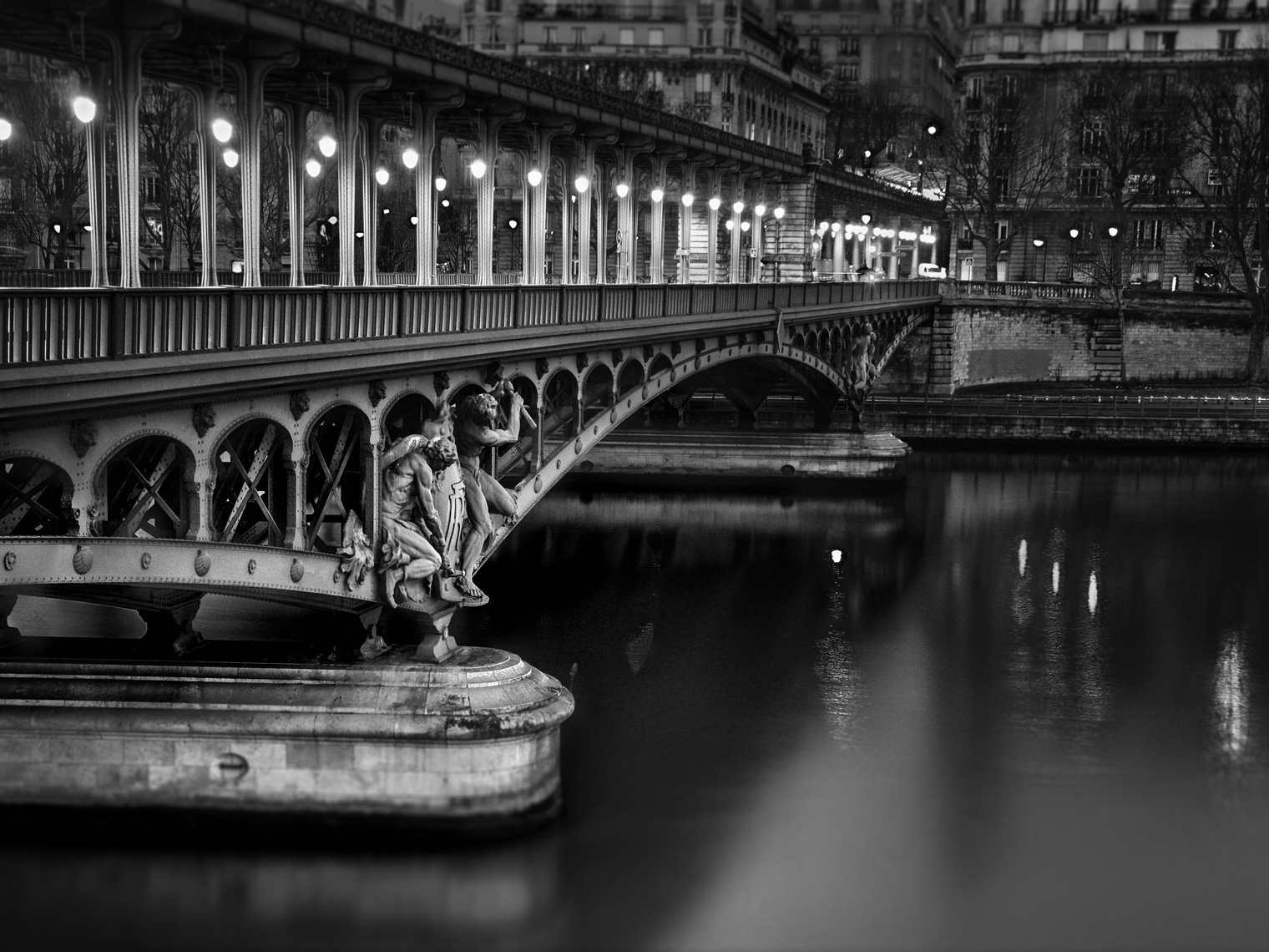 bir-hakeim-black-and-white